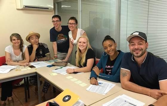 Studenten volgen een Spaanse les